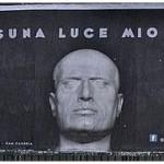 Il cartellone contro la Cripta Mussolini